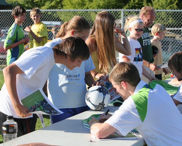 2948_VISC-Seattle_Sounders_autographs_082310